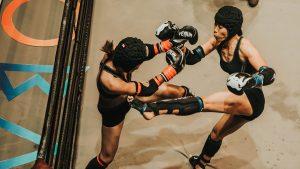 Dos personas peleando en artes marciales mixtas.